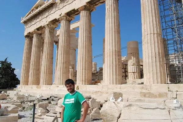 Luciendo la Ikukamiseta ante el Partenón