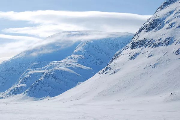 Montañas gemelas en el valle Tjäktjavagge en Laponia Sueca