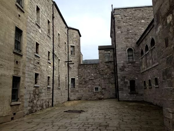 Muros de Kilmainham Gaol, la cárcel de Dublín
