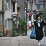 Niña japonesa paseando por el Higashi Chaya-Gai