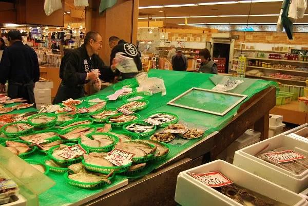 Pescadería en el mercado de Omicho