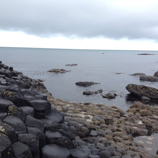 Playa negra en la Calzada del Gigante en Irlanda del Norte