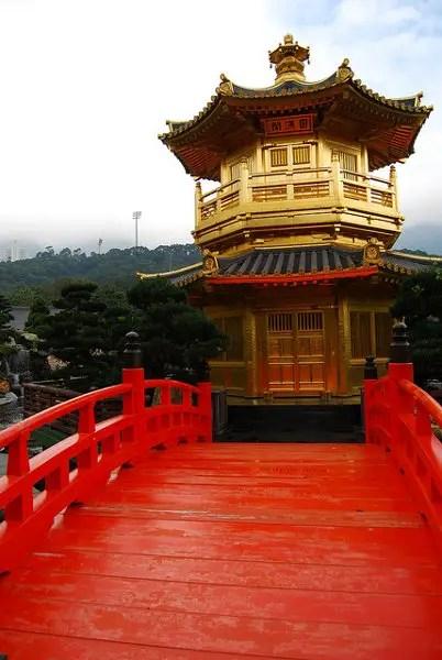 Puente y pagoda del Nan Lian Garden de Hong Kong