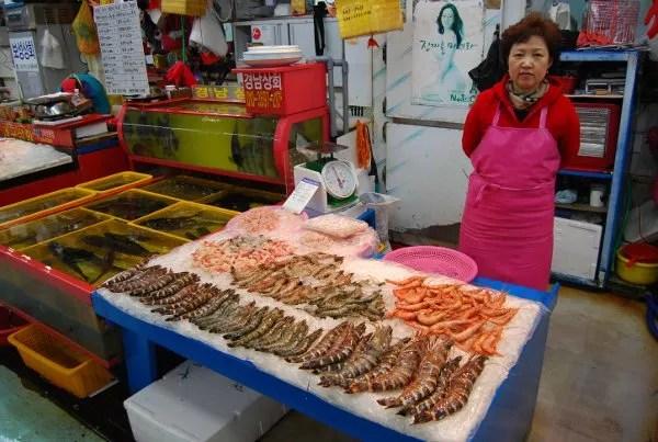 Puesto del Mercado de pescado Jagalchi de Busan