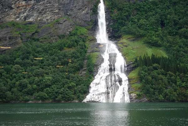 Salto de agua desde el crucero Hurtigruten