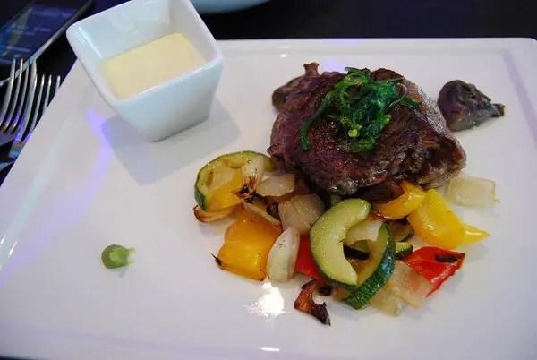 Steak de ternera con wasabi Aqua Restaurant and Bar en Ålesund