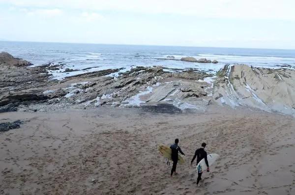 Surfistas en las playas de Sopelana