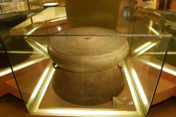 Tambores de bronce labrados en el Museo de Historia de Hanoi
