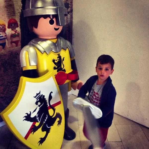 Teo en la exposición de Playmobil en el Castillo de Santa Bárbara de Alicante