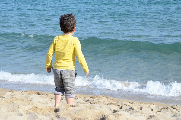 Teo en la playa de Barcelona
