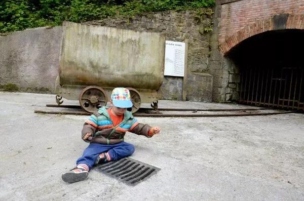 Teo jugando en el Ecomuseo Minero del Valle de Samuño