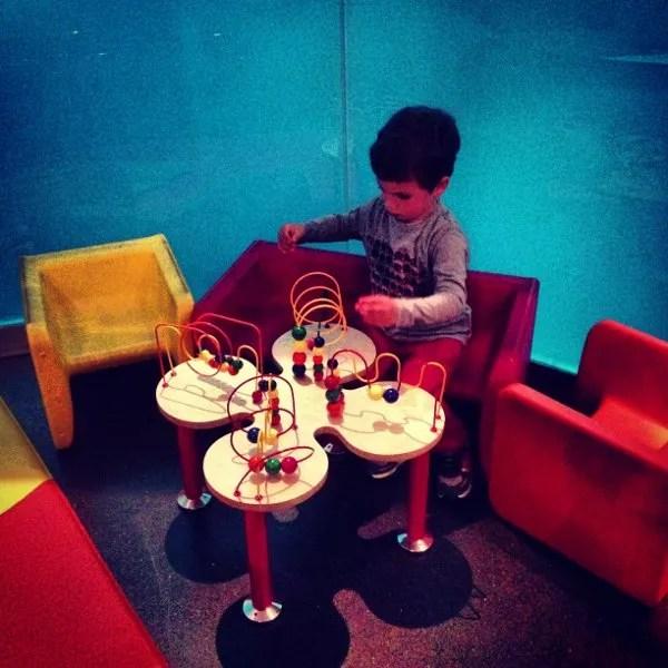 Teo jugando en el Novotel Barcelona City