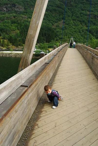 Teo jugando en el puente de madera sobre los fiordos noruegos