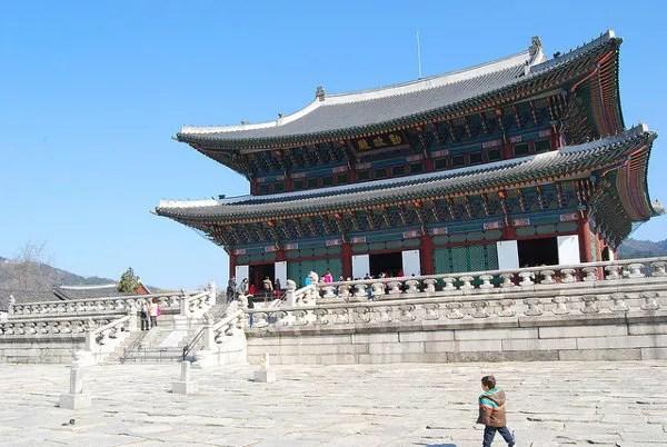 Teo viendo un castillo en el Palacio Gyeongbokgung de Seúl