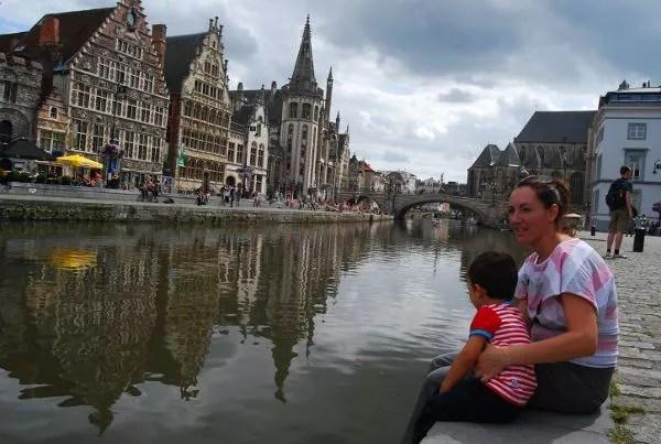 Teo y Vero en los canales de Gante en Flandes