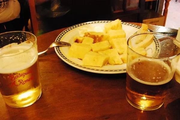 Tortilla de patatas y dos cañas