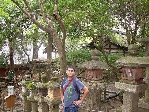 Un joven Pau ante las linternas de piedra del Kasuga-taisha