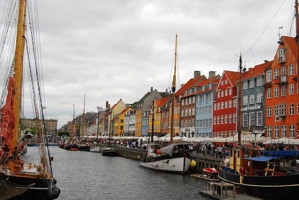 Veleros en el canal de Nyhavn en Copenhague
