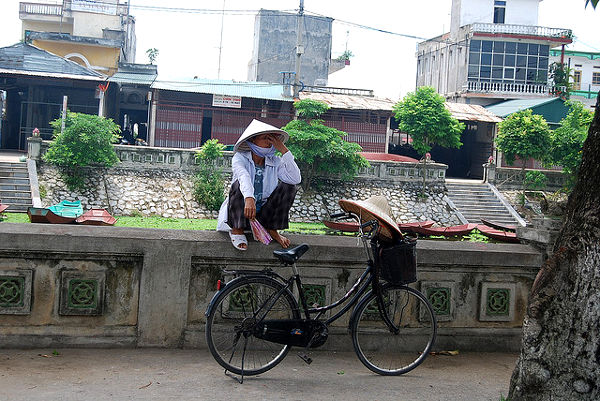 Vendedora de gorros cónicos en Vietnam