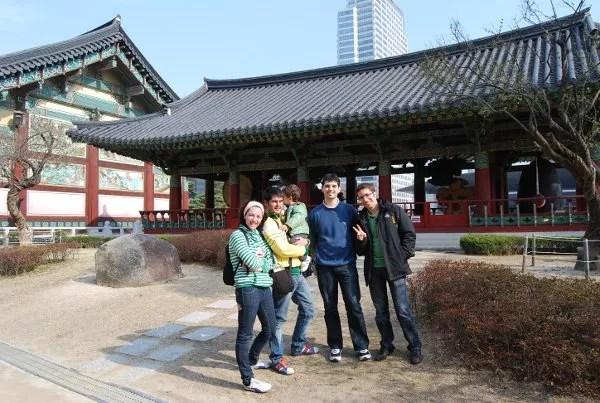 Vero, Teo, Pau, Felipe y Manolo en el templo Bongeunsa de Seúl