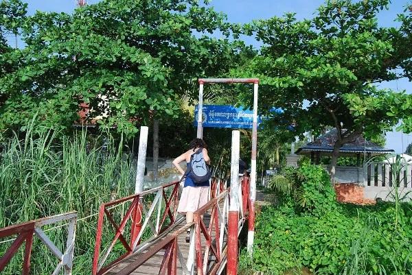 Vero entrando en el puesto fronterizo fluvial de Camboya