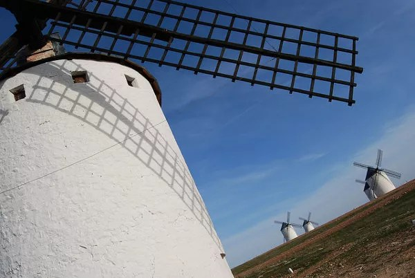 Vero fotografiando los molinos de viento de Campo de Criptana