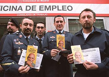 Militares que perderán el empleo, el día en que se inscribieron en el Inem.