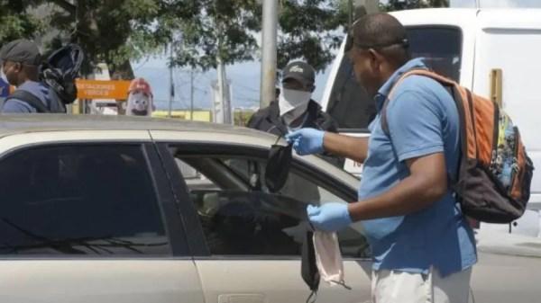 Dominicano vendiendo en medio del coronavirus