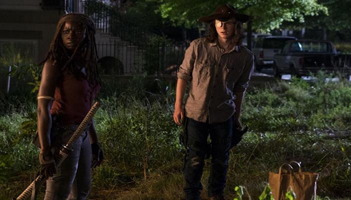 Michonne y Carl The Walking Dead El Palomitrón