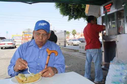 Don Pelos saboreandose sus ricos tamales estilo Defeños. (Foto Augustín Durán/Metro)