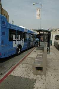 Parada de autobús en donde aún hay bancas para que el público espero la llega del camión. (Foto JOsé Ubaldo/Metro).