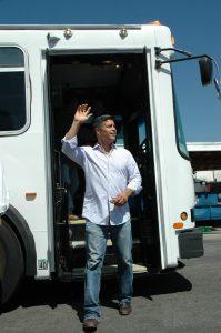 Esai Morales desciende del autobús. (Foto José Ubaldo/El Pasajero)