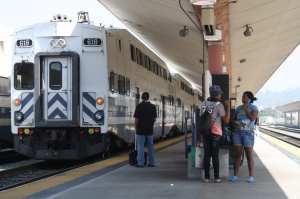 Pasajeros en espera de su tren de Metrolink. (Foto Agustín Durán/El Pasajero)