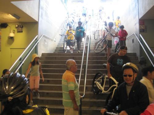 Escalones hacia la plataforma en Union Station de la Línea Dorada del Metro.