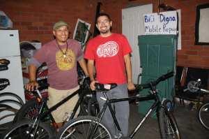 Andy Rodríguez, derecha, y Leonel Carrillo, son dos de los fundadores de Bici Digna (Foto Agustín Durán/ El Pasajero)