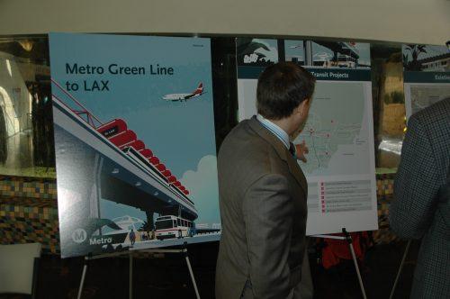 """Metro llevó a cabo hoy su primera de tres reuniones informativas sobre el proyecto """"Línea Verde al LAX"""". (Foto José Ubaldo/El Pasajero)."""