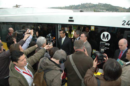 Los medios de comunicación rodean a los funcionarios público en los momentos del anuncio de la fecha de apertura.