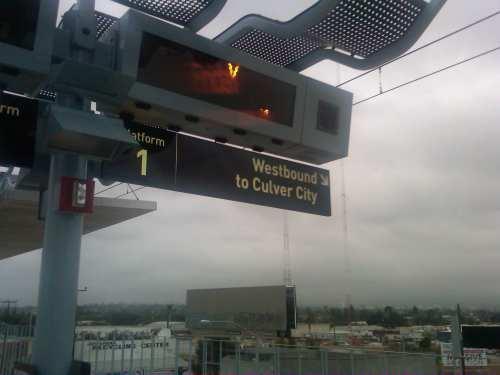 Una mañana nublada y fresca en la plataforma de la estación La Ciénega/Jefferson.