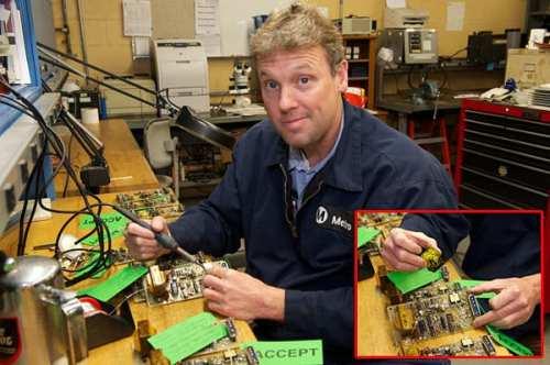 El especialista en mantenimiento Steve Parker modifica un circuito de un panel. Parker y su compañero de trabajo Gordon Lancaster mantiene el taller con partes difíciles de encontrar para poder reemplazar partes que se necesitan cambiar.