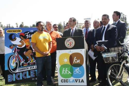 El alcalde Antonio Villaraigosa durante la rueda de prensa celebrada en el parque MacArthur. (Foto Agustín Durán/El Pasajero).