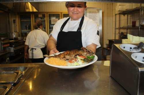 Lupita Nájera con sus manos hace mágica en la cocina que los comenzales prueba en el comedor. (Foto Agustín Durán/El Pasajero).
