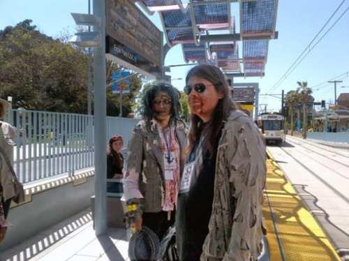 Los zombies toman un descanso en la estación Expo Park/USC.