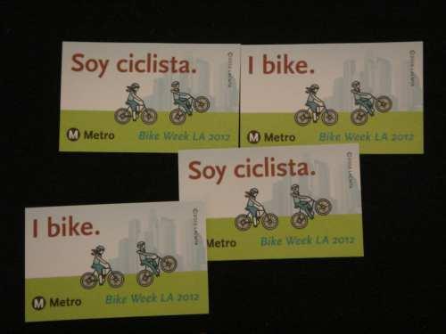 Calcomanías que se regalaron a los ciclistas participantes. (Foto José Ubaldo/El Pasajero).