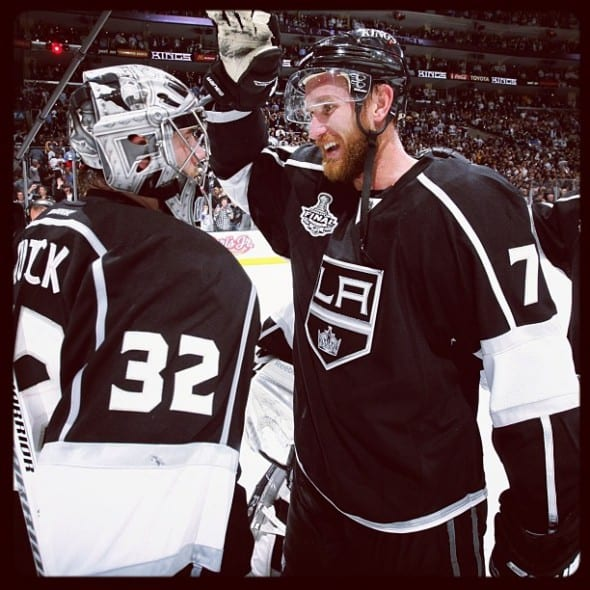 El portero Jonathan Quick, y el ala Jeff Carter celebran el triunfo del tercer partido de los Kings en Staples Center. (Foto Los Angeles Kings).