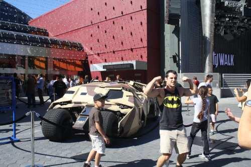 Por momentos el Batimovil resultó ser toda una atracción para adultos y niños (Foto Agustín Durán/ El Pasajero).