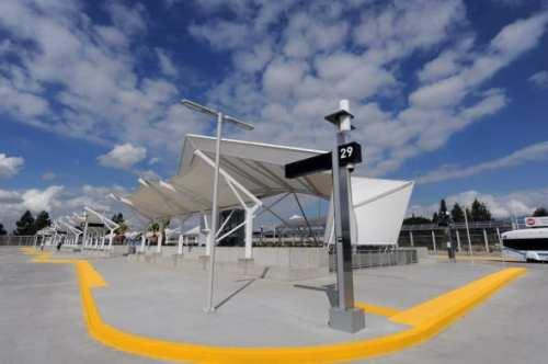 La nueva estación El Monte Station tendrá 13 nuevos andenes, incrementandose el número total de andenes a 29. Revise los mensajes que constantemente cambian para ver que autobús está llegando y a que anden y también la hora de su arrivo. Foto de Gary Leonard