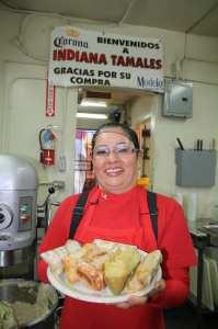 Emilia muestra con orgullo el producto de esfuerzo de mas de 35 años, uno de los mejores tamales en Los Angeles. Foto Agustín Durán/El Pasajero).