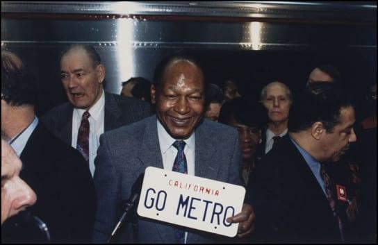 El entonces alcalde Tom Bradley, quien luchó para hacer realidad el sueño de un  subterráneo en L.A.