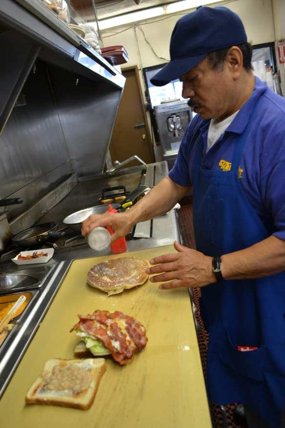 Raúl es uno de los cocineros que lleva trabajando en el restaurante por más de dos décadas debido al buen trato del empresario (Foto de Agustín Durán/El Pasajero).