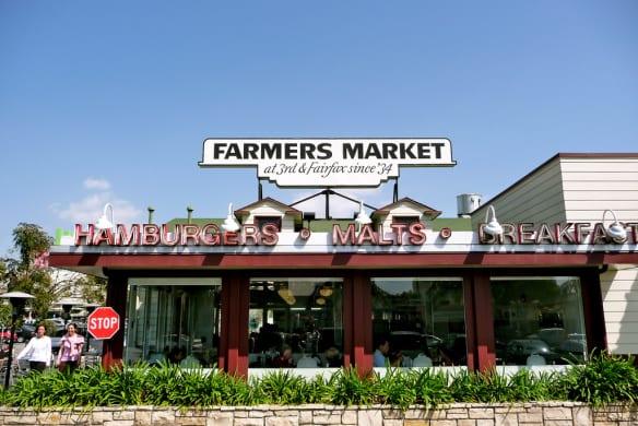 Los mercados de granjeros venden productos frescos y locales. El Original Farmer's Market abre los siete días de la semana. Foto: brad.coy vía Filckr Creative Commons.